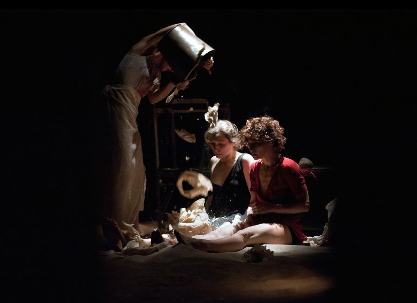 Foto dallo spettacolo Armine, Sister di Teatro ZAR, foto Karol Jarek (2)_Corso Polonia 201