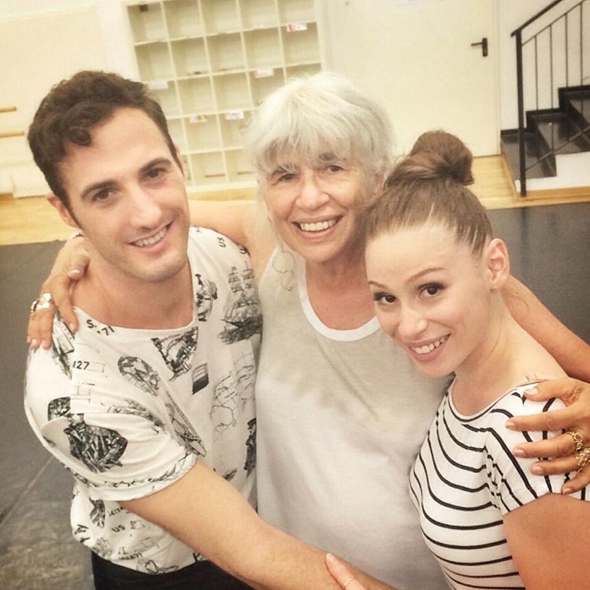 Gabrio Gentilini (Johnny Castle) con Sara Santostasi (Baby) e l'autrice di Dirty Dancing Eleanor Bergstein