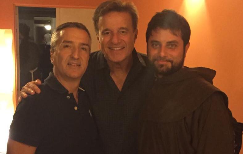 Christian De Sica insieme al cast di Nunsense