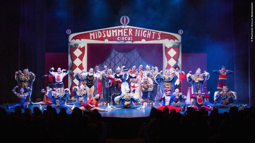 Midsummer Night's Circus - teatro della luna - foto di gruppo con scenografia